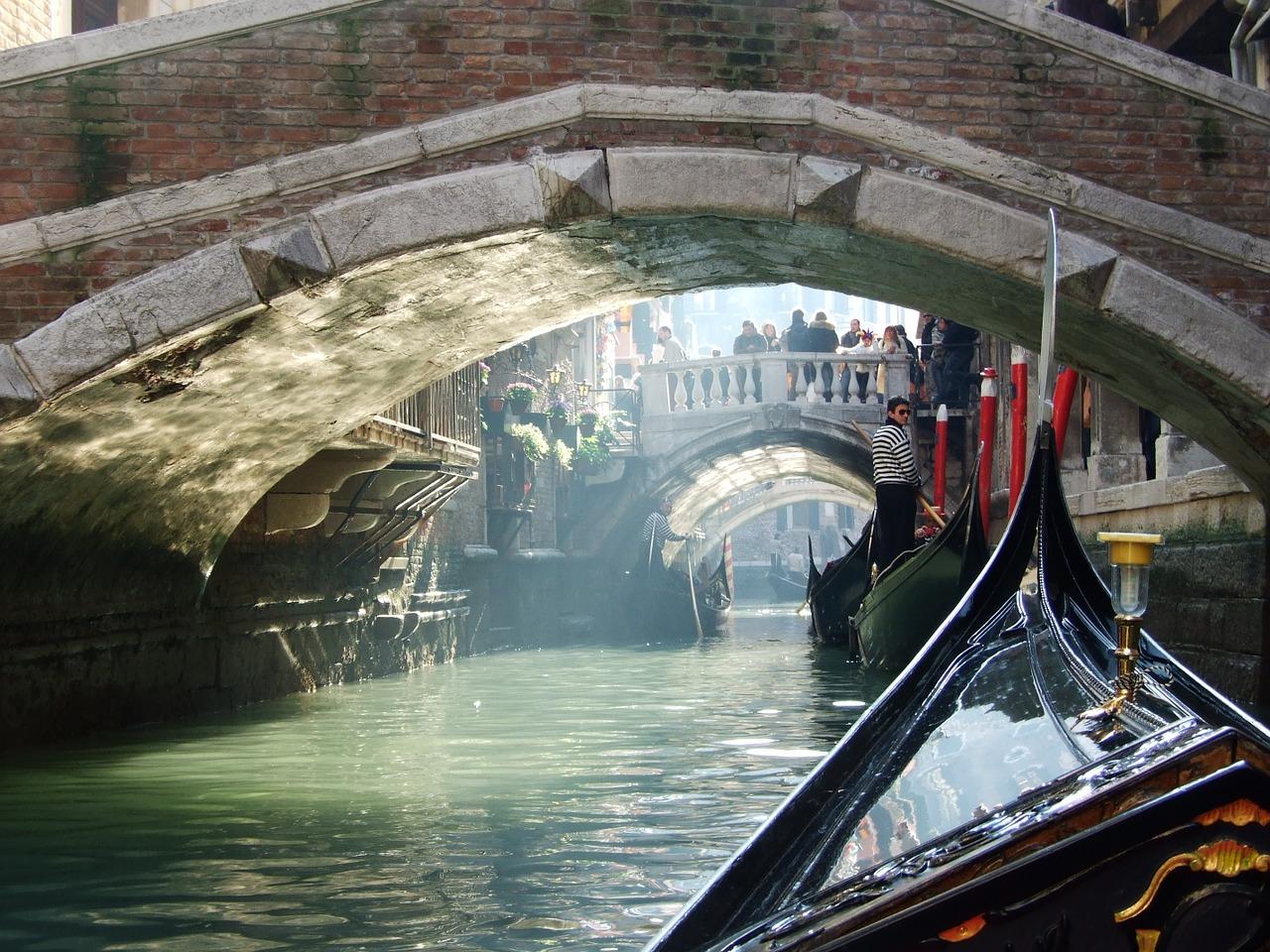 Velencei-Karneval-kanalis-gondola.jpg